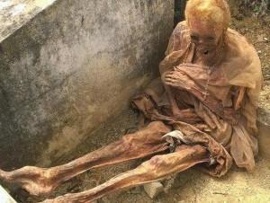 Hallan cadáver momificado y sentado en cementerio de Baitoa