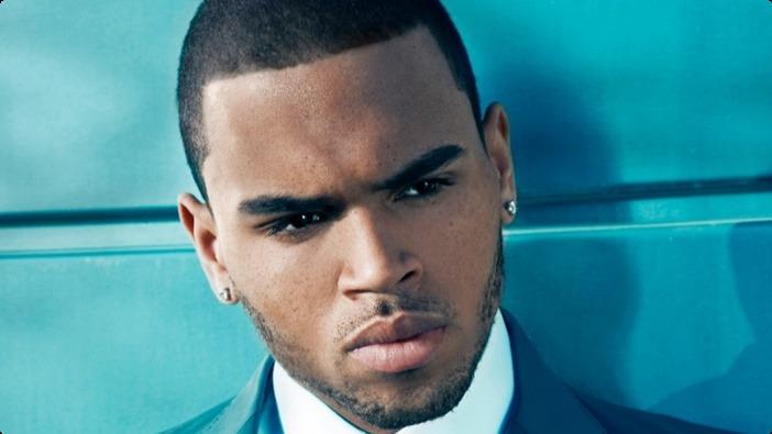 Investigan a Chris Brown presuntamente le metio la mano a fanática